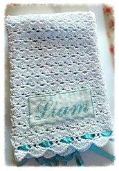 Copertina neonato lavorata ad uncinetto in cotone filo di scozia bianco e nastro azzurro, con nome ricamato a mano punto croce -modello Morfeo