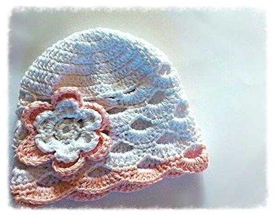 Cappellino berretta neonata ideale per cerimonia  realizzato in cotone filo di scozia bianco e rosa, impreziosito da un fiore. -Modello pink flower