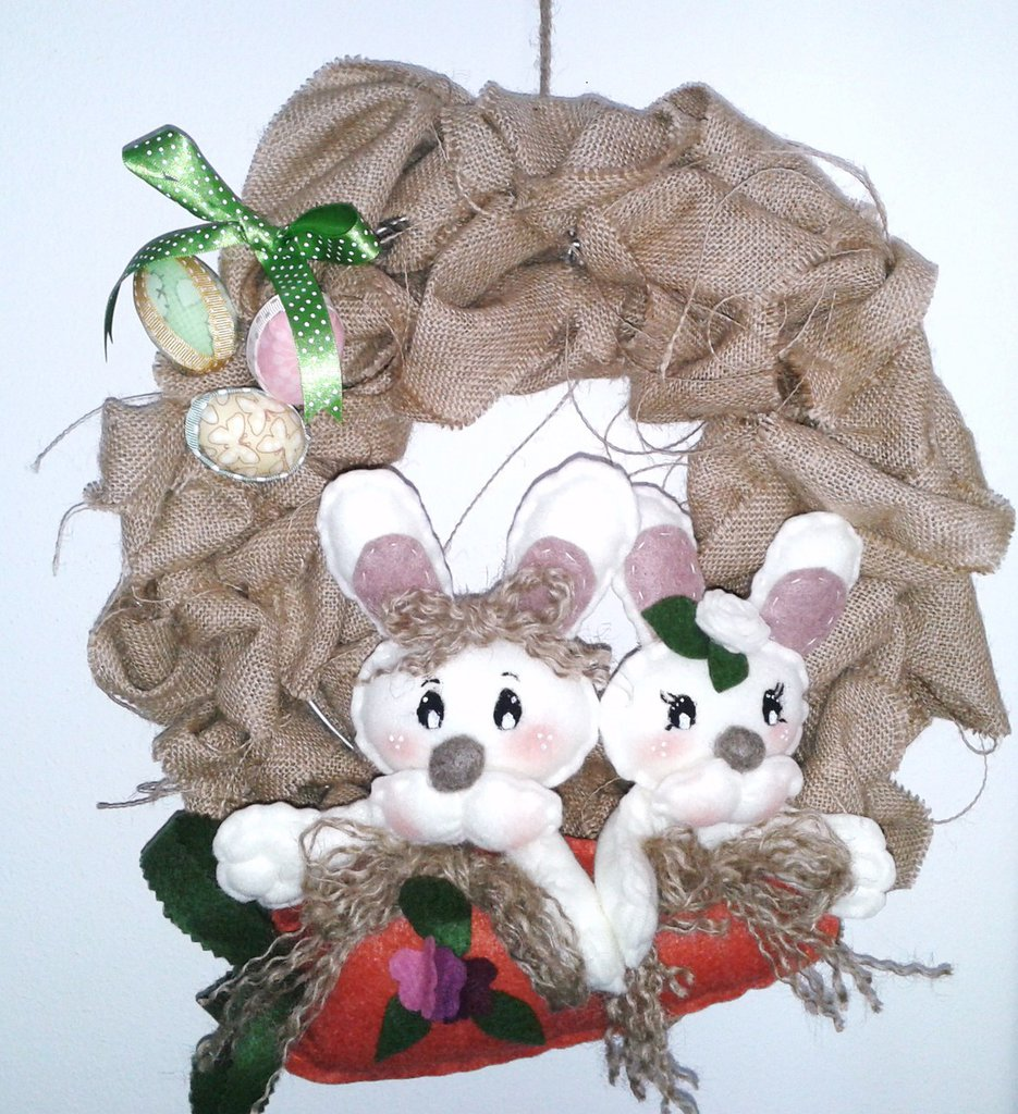 Ghirlanda pasquale in iuta on coniglietti e uova di stoffa