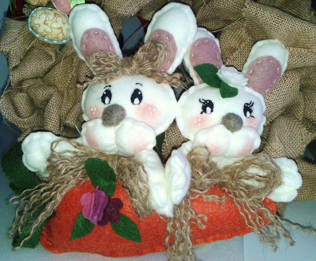 Coppia di coniglietti su carota