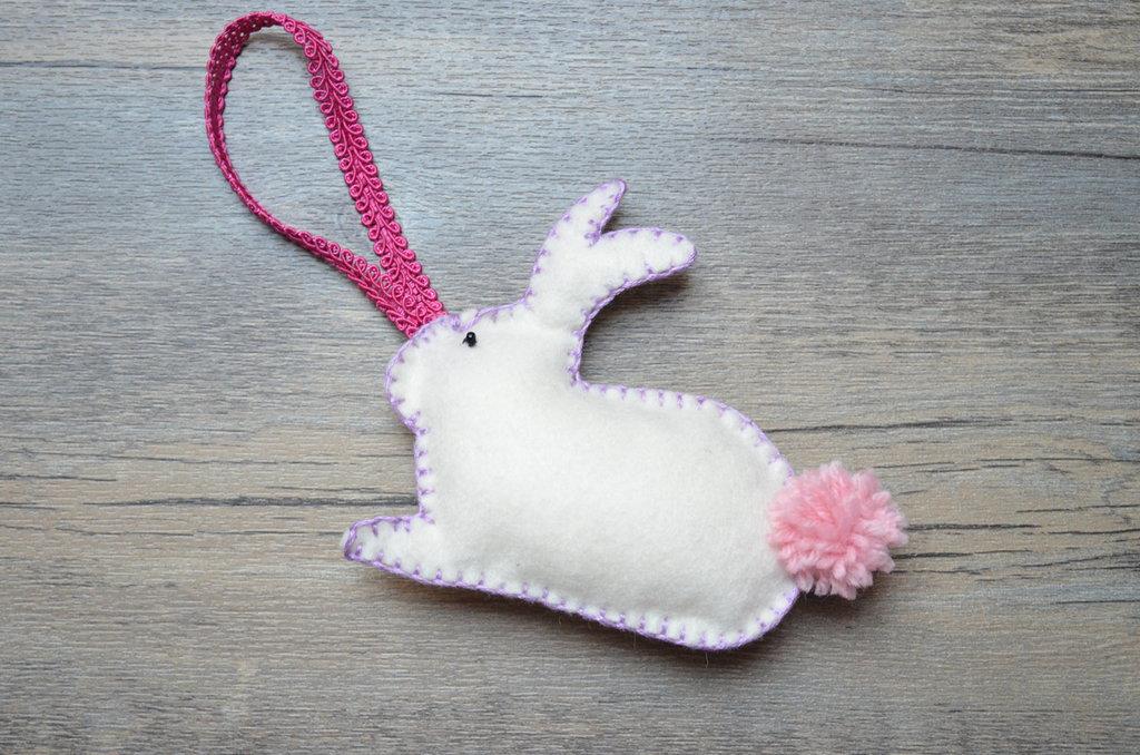 Coniglio pasquale in pannolenci con pom pom