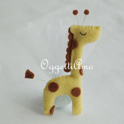 Giraffe in feltro imbottite come bomboniera: colorate calamite fatte a mano per il vostro evento