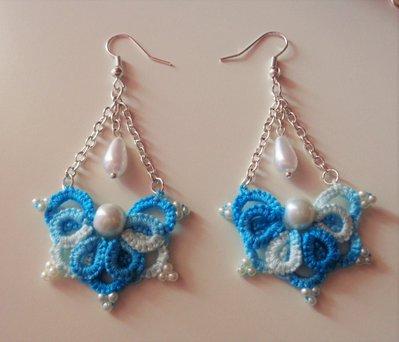Orecchini azzurro sfumato fatti al chiacchierino, con perle, tecnica Ankars