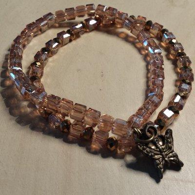 Braccialetti cristalli color ambra e dorati con ciondolo farfalla