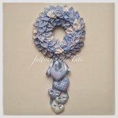 Corona/fiocco nascita petaloso in cotone sui toni dell'azzurro con una cascata di  5 cuori