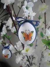 Delizioso uovo di pasqua  con farfalla