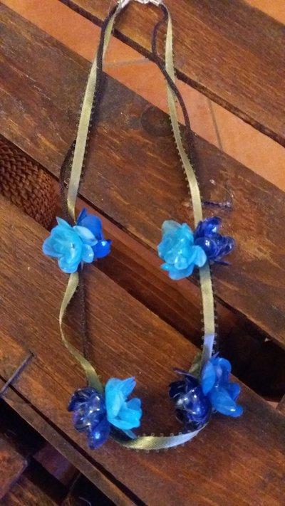 Collana girocollo e fiori