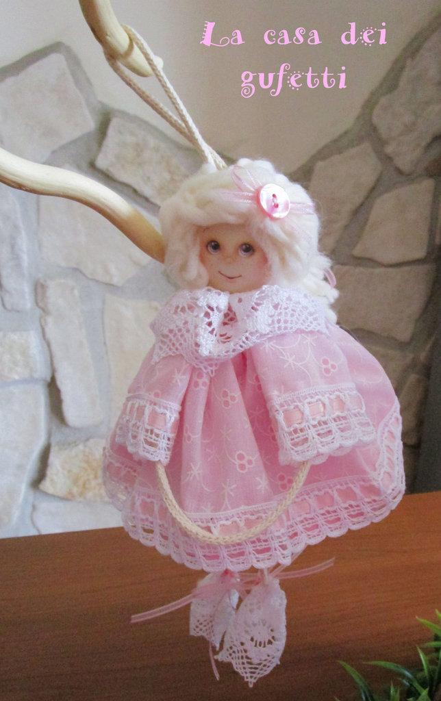 Bambolina con vestito in san gallo rosa e merletto con passanastro