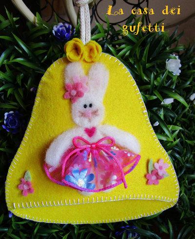 Campana in feltro con coniglietto realizzato in lana cardata e vestitino in stoffa
