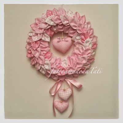 Corona/fiocco nascita petaloso XL in cotone sui toni del rosa con tre cuori