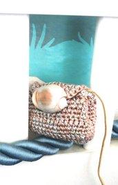 """Borsetta """"tema mare"""" lavorata ad uncinetto con filato grigio e celeste ad effetto melangè con applicata conchiglia vera bianca con sfumature grigio-celesti"""