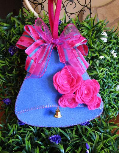 Campana decorativa in feltro azzurro con rose fucsia e nastri in organza