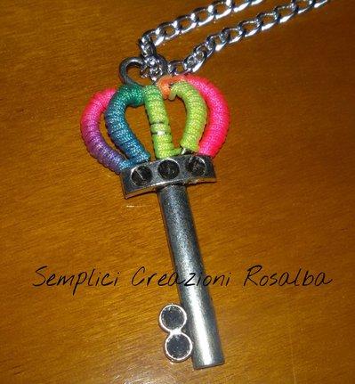 Collana supercolorata con  chiave lavorata all'uncinetto, con colori fluo fatta a mano