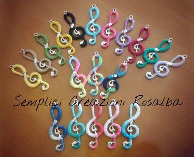 Ciondoli chiave di violino, rivestiti all'uncinetto, diversi colori disponibili,fatti a mano