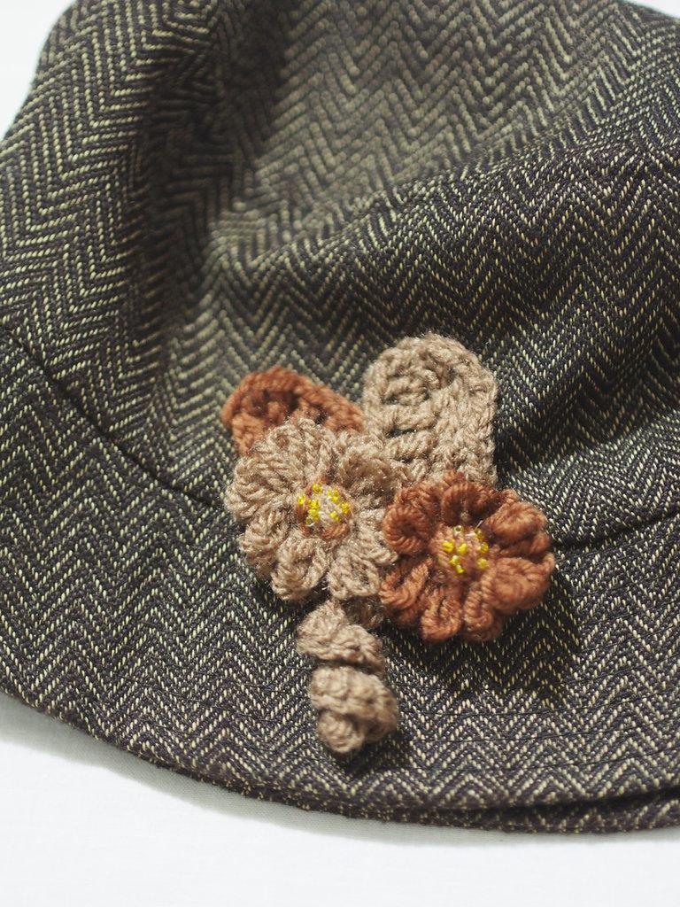 Spilla decorativa per cappello,borsa,giacca.Fiori di lana a telaio,foglie e riccioli all'uncinetto.Aggiunta di perline