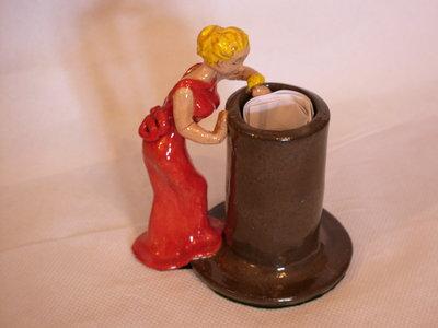 Vaso con donna in abito rosso