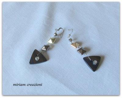 Orecchini con borchie e bottone triangolare