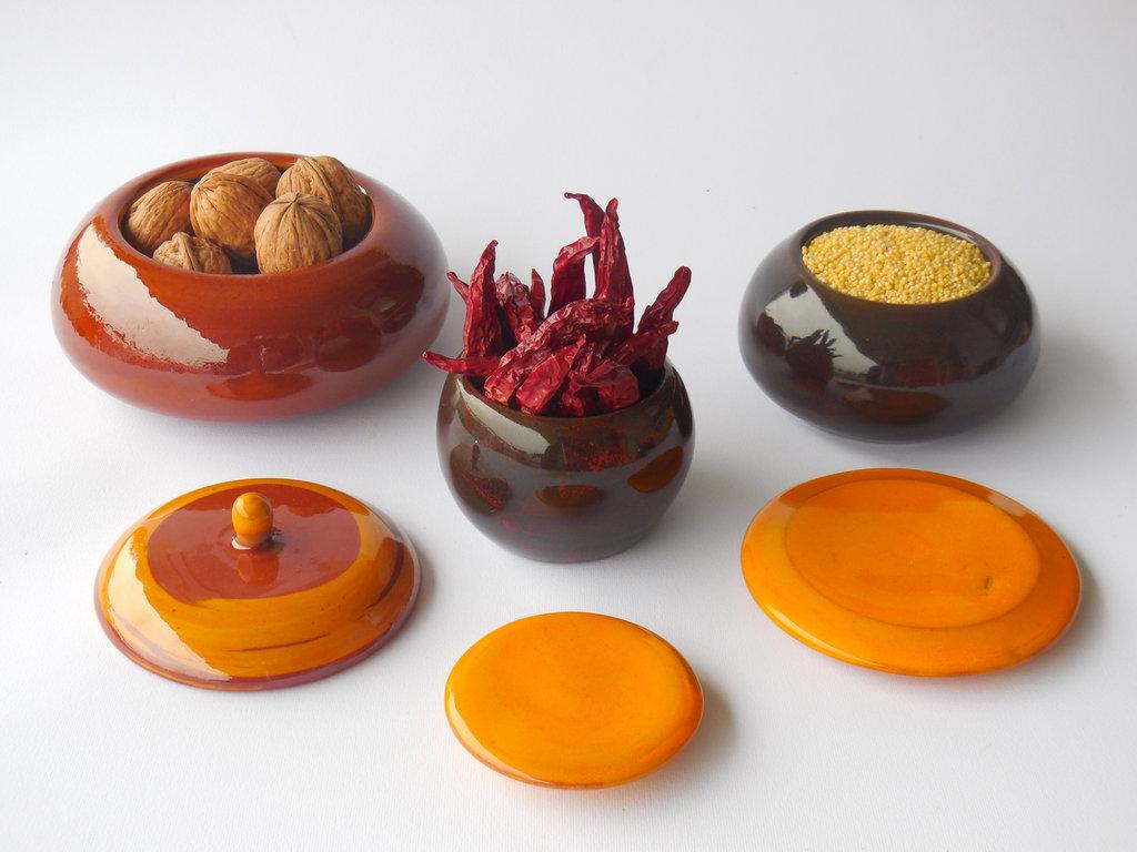 Set di tre vasetti contenitori in terracotta e ceramica, color miele