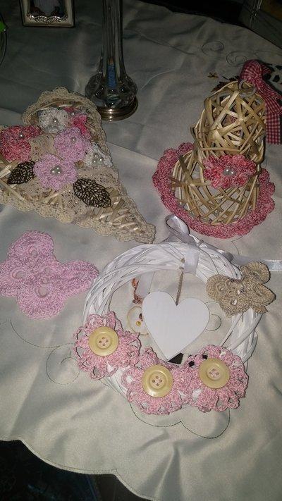 Ghirlane e cuori decorati all'uncinetto