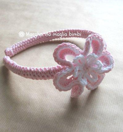 Cerchietto - cerchiello bambina rivestito a maglia in cotone rosa con fiore all'uncinetto