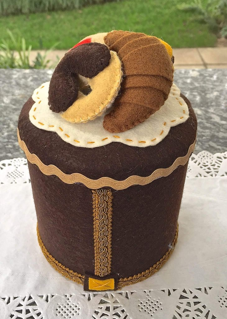 barattolo rivestito e decorato in feltro con quattro biscotti di feltro