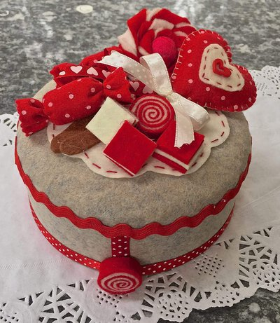 scatola in latta rivestita in feltro decorata con caramelle e lecca lecca in feltro