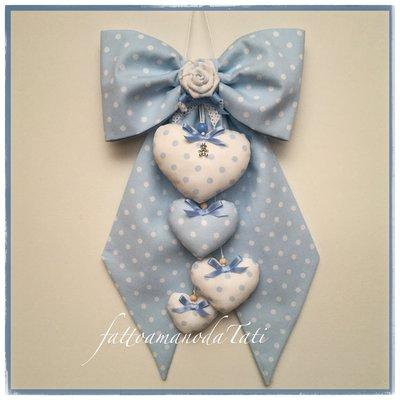 Fiocco nascita in piquet di cotone azzurro a pois bianchi con rosellina e 4 cuori