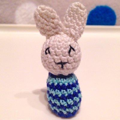 Piccolo coniglietto bianco amigurumi con sorpresa cioccolatino, fatto a mano all'uncinetto, idea regalo per Pasqua