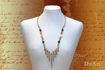 Collana dorata con un pendente in stile vintage in ottone. Collana particolare - pezzo vintage - Collana dorata, decisamente pezzo unico