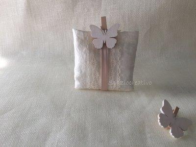 Sacchetto  bustina in taffetà avorio  con merletto, chiuso con una farfalla molletta