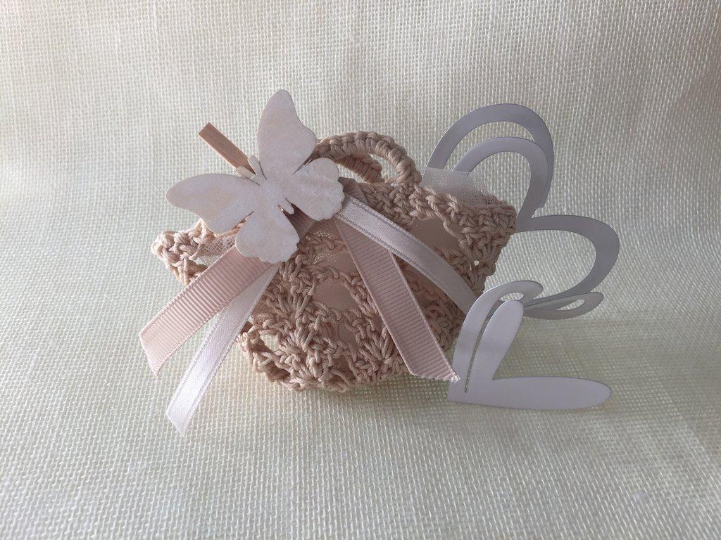 Borsetta lavorata a mano ad uncinetto  color beige con farfalla in legno per chiudere i manici
