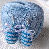 Orecchini pendenti con uova di Pasqua amigurumi a righe azzurre e blu e fiocchetti di raso, fatti a mano all'uncinetto
