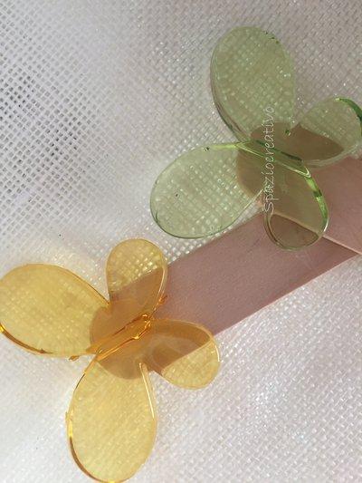 Segnalibro con farfalla in plastica colorata arancio o verde e sacchettino con confetti