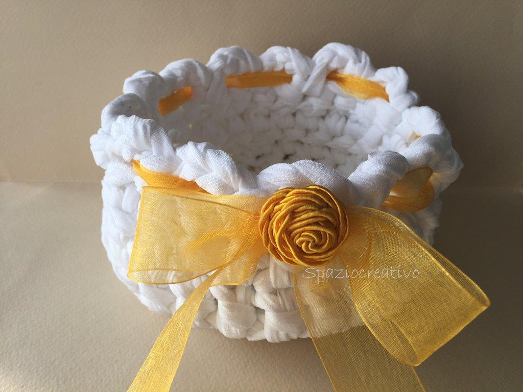 Cestino in fettuccia di lycra damascata bianca con nastro passamaneria giallo e bottone in cordoncino