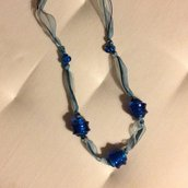 collana di organza e perle in vetro blu