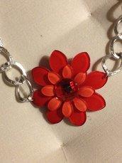 Girocollo con fiore rosso centrale