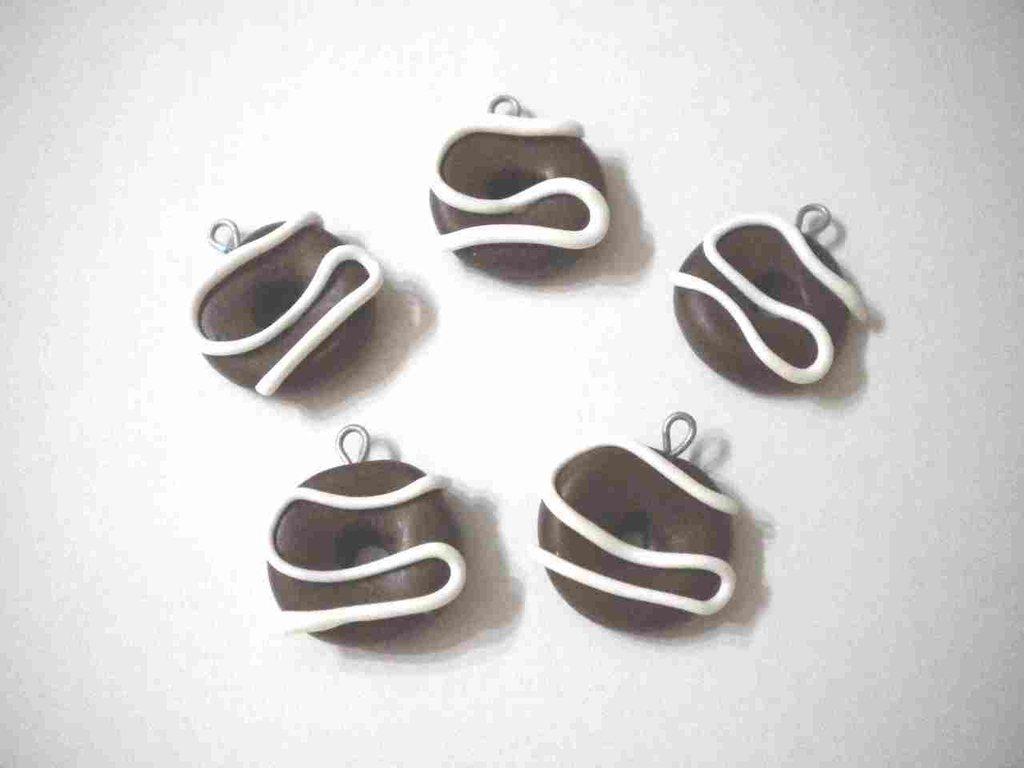 lotto 10 ciondoli in fimo charms ciambella donuts al cioccolato con glassa alla panna handmade x orecchini e bracciali