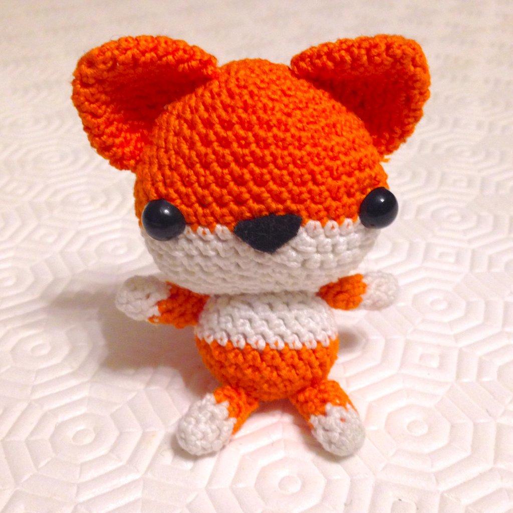 Volpe arancione amigurumi, simpatica e tenera, fatta a mano all'uncinetto