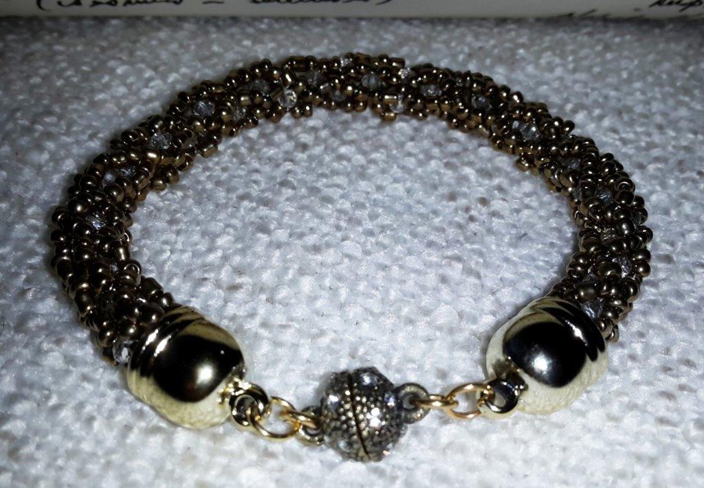 Braccialetto tubolare con perle tonalità ottone