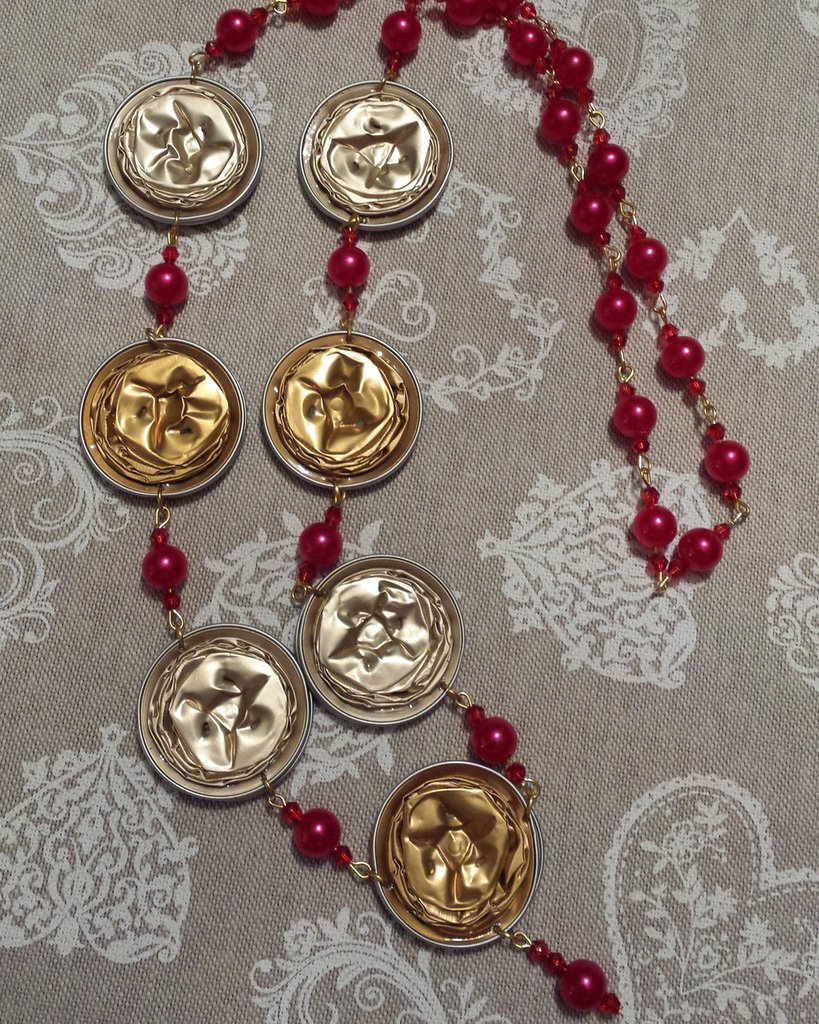 Collana capsule caffè dorate e cristalli e perle in rosso