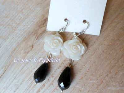 Orecchini pendenti con rosa bianca e goccia di cristallo nera, idea regalo.