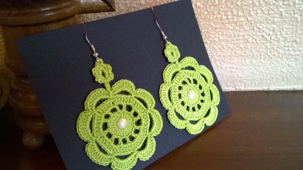 Orecchini verde acido con applicazione di mezza perla