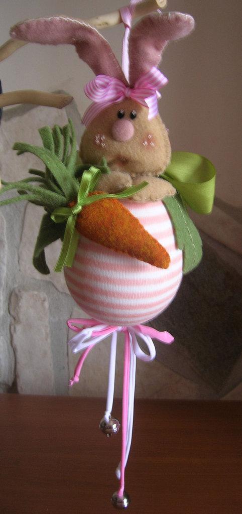 Coniglio pasquale con carota in feltro e sonagli