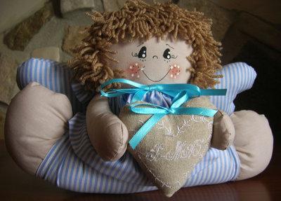 Angelo in stoffa con abitino a righe bianche e azzurre con cuore in stoffa