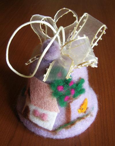 Campana pasquale realizzata in panno lana con la tecnica dell'infeltrimento con ago