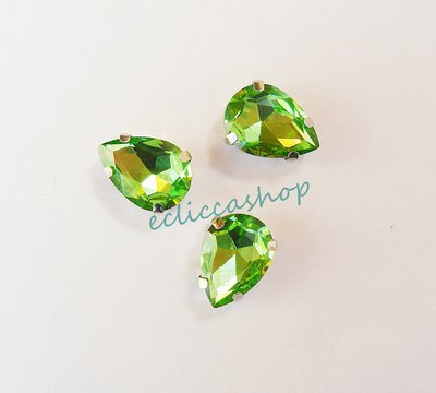 Pietra a goccia in cristallo verde. Castone in metallo nikel free 1pz