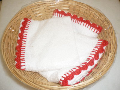 Set cestino e lavette con bordo rifinito a uncinetto