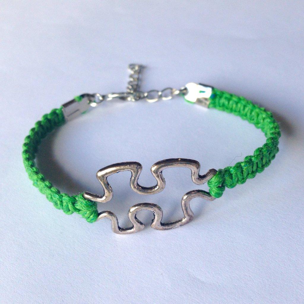 Braccialetto regolabile con tessera del puzzle e cordoncino cerato verde smeraldo intrecciato a mano