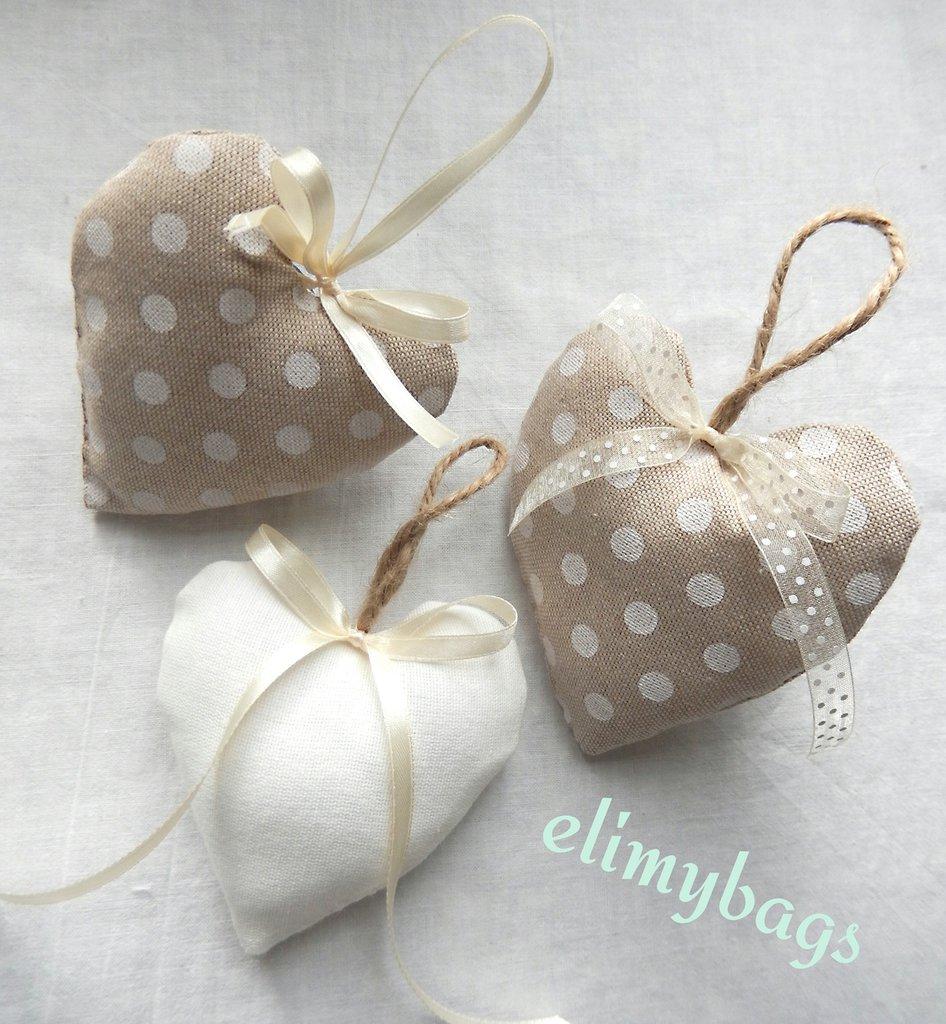Tre bomboniere di stoffa a forma di cuore da appendere in stile country nei toni del beige♡