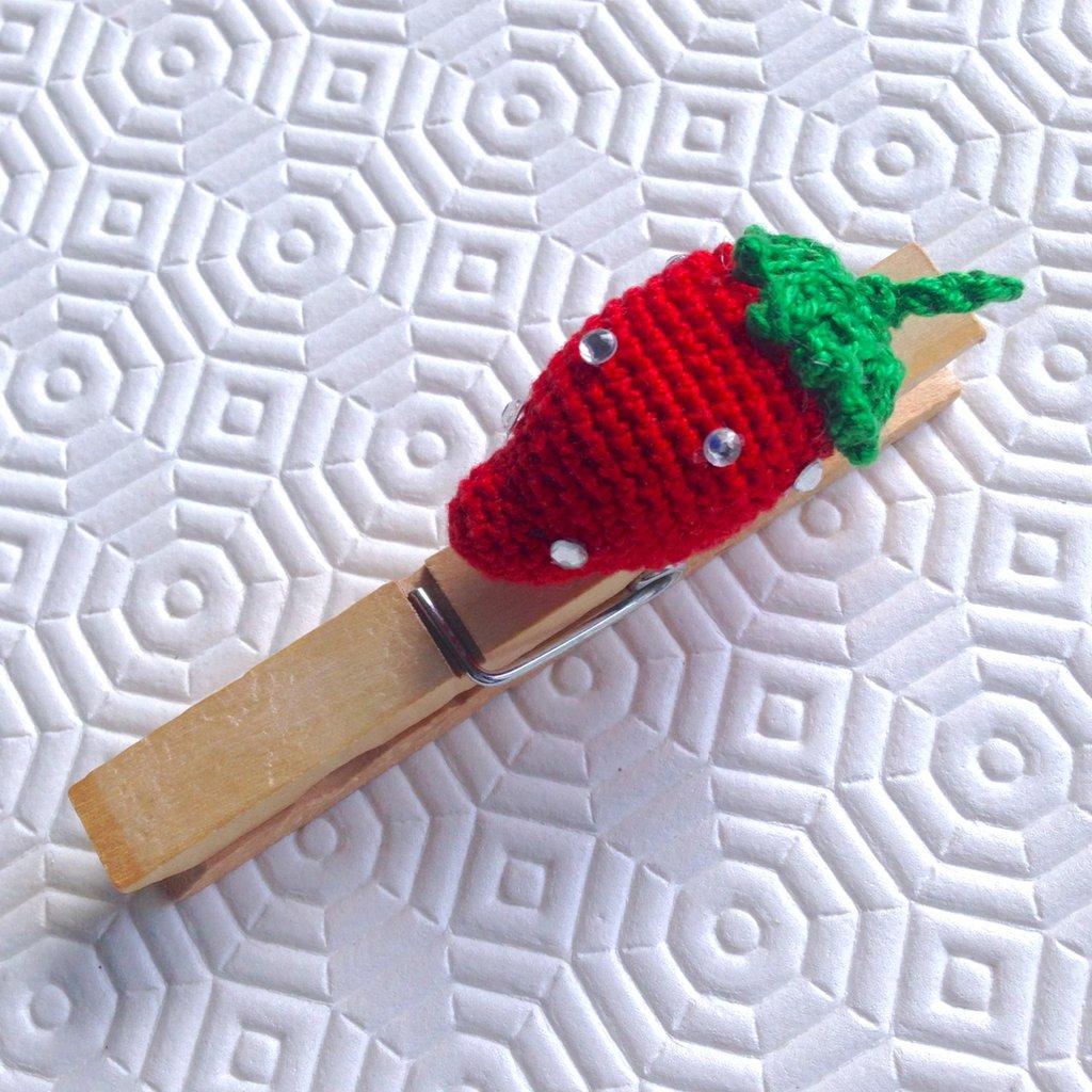Molletta chiudipacco con fragola amigurumi rossa con strass, fatta a mano all'uncinetto
